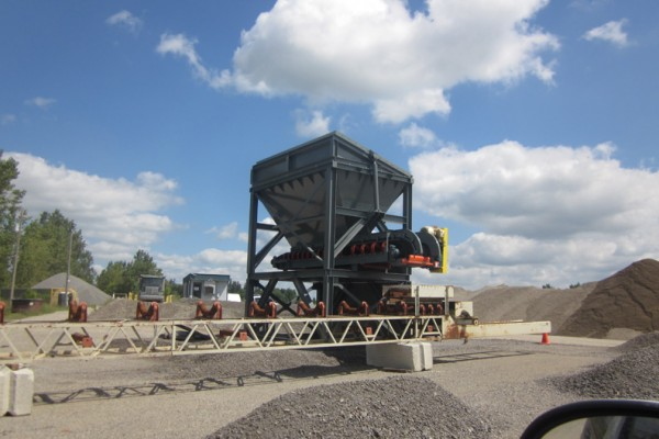Belt feed hopper with hyd. grizzly a